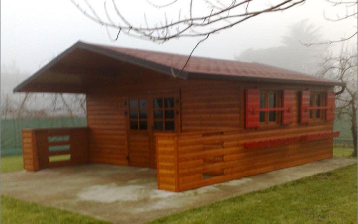 Case con portico in legno villa in legno in stile for Casetta con avvolgente portico